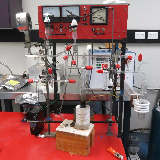The mineral hydrogen and fluid inclusions extraction line
